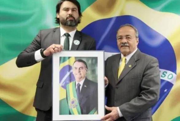 Leo Índio e Chico Rodrigues com a foto de Bolsonaro. Reprodução Instagram
