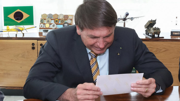 Bolsonaro comemora morte de voluntário para acender guerra contra Doria