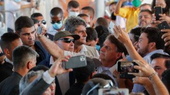 Responsável por grande parte das quase 200 mil por Covid-19, o presidente provoca aglomerações