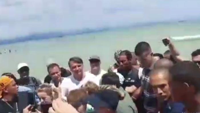 Numa praia de Santa Catarina, o presidente curte férias, faz política e provoca aglomeração. Foto da Internet,