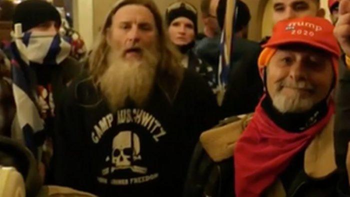 Nazistas americanos vestem camisetas de Auschwitz. Nazistas brasileiros seguem os passos (Foto Internet)