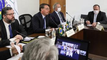 Ernesto, Bolsonaro (ao lado de Paulo Guedes) e Pazuello: no foco da crise